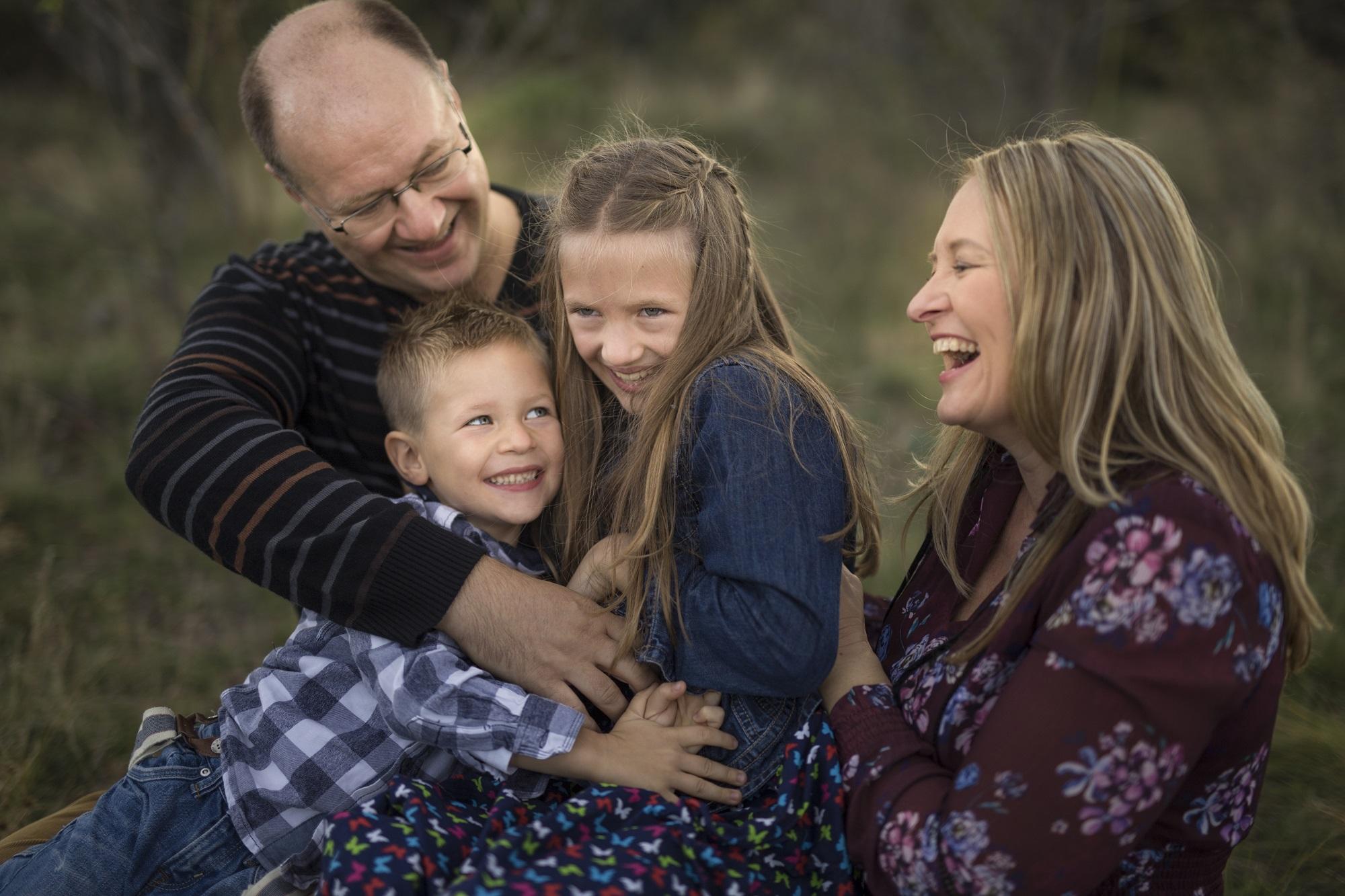 A természet harmóniája mindenkit megnyugtat, felold és így  a mosoly, ölelés természetessé, őszintévé válik. Magas minőségben kidolgozott lifestyle családi fotók.