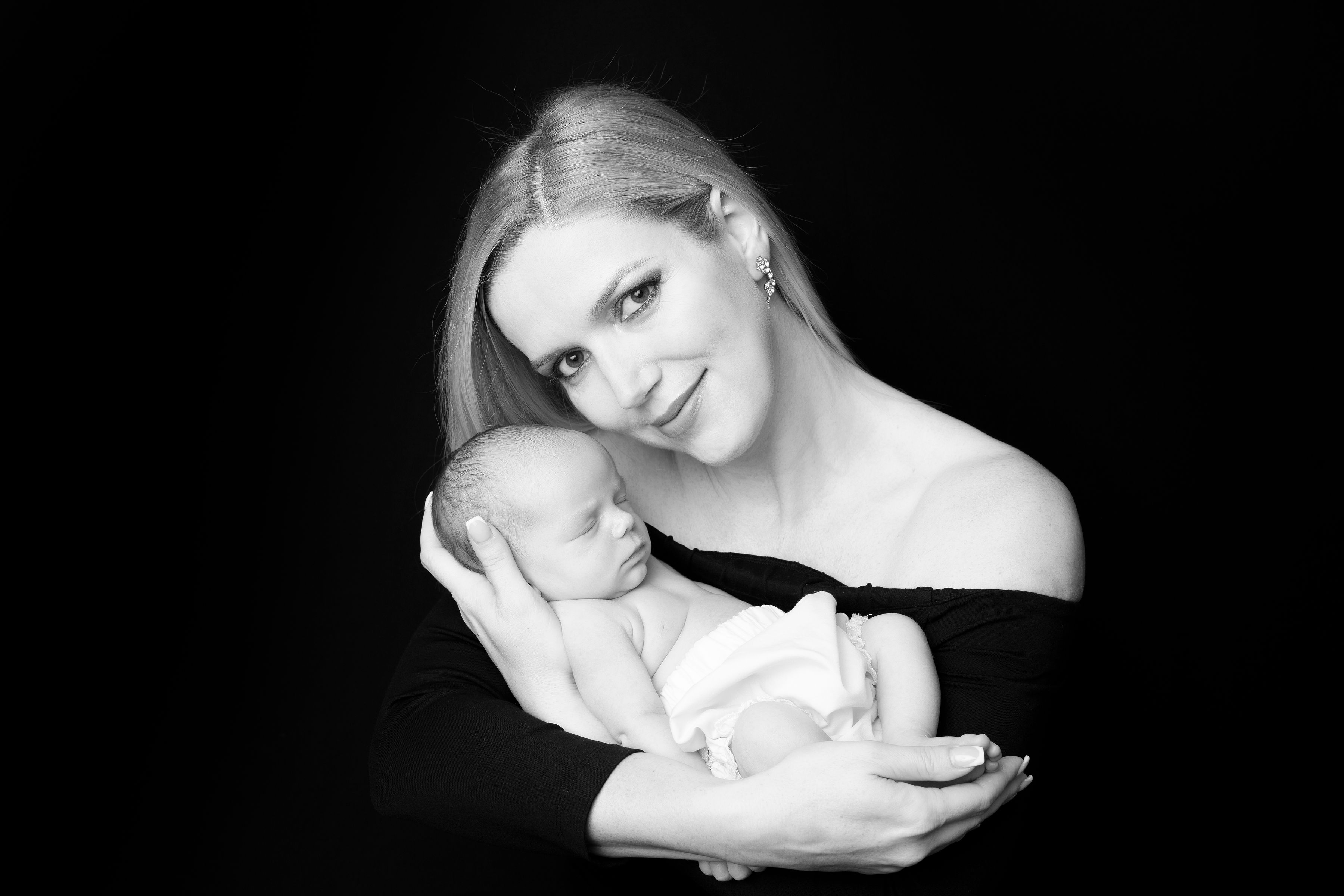 Az újszülött fotózás ( szigorúan 14 napos korig) az egyik legszebb dolog a világon, külön művészet. De  nagy odafigyelést és tapasztalatot igényel. Három gyermekes anyukaként ezt saját magam is megtapasztaltam.